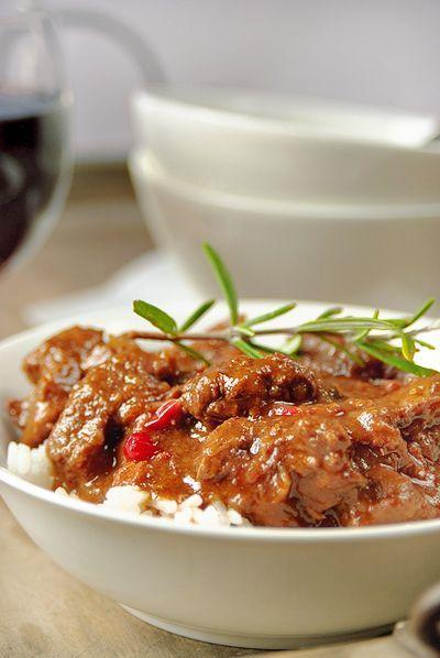 Bereiden:  Dep de rundvlees blokjes droog met keukenpapier. Meng de bloem met zout, peper en paprikapoeder.  Bak het spek uit en haal uit de pan. Voeg de boter toe en bak hierin, in kleine porties, het rundvlees bruin. Leg het gebraden rundvlees apart en houd het warm onder een bord. Bak de uien in ca. 5 min. lichtbruin. Voeg de spekjes en het rundvlees weer toe. Strooi de bloem erbij en laat 1 min. meebakken.