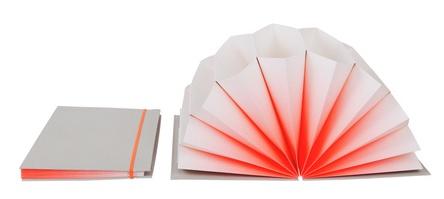 Arkiver dine viktigste papirer i en lekker mappe designet av HAY, så blir papirarbeidet litt morsomere:) A4, 35 x 23 cm. Cover lysegrå med fadet coral, gul eller oransje.