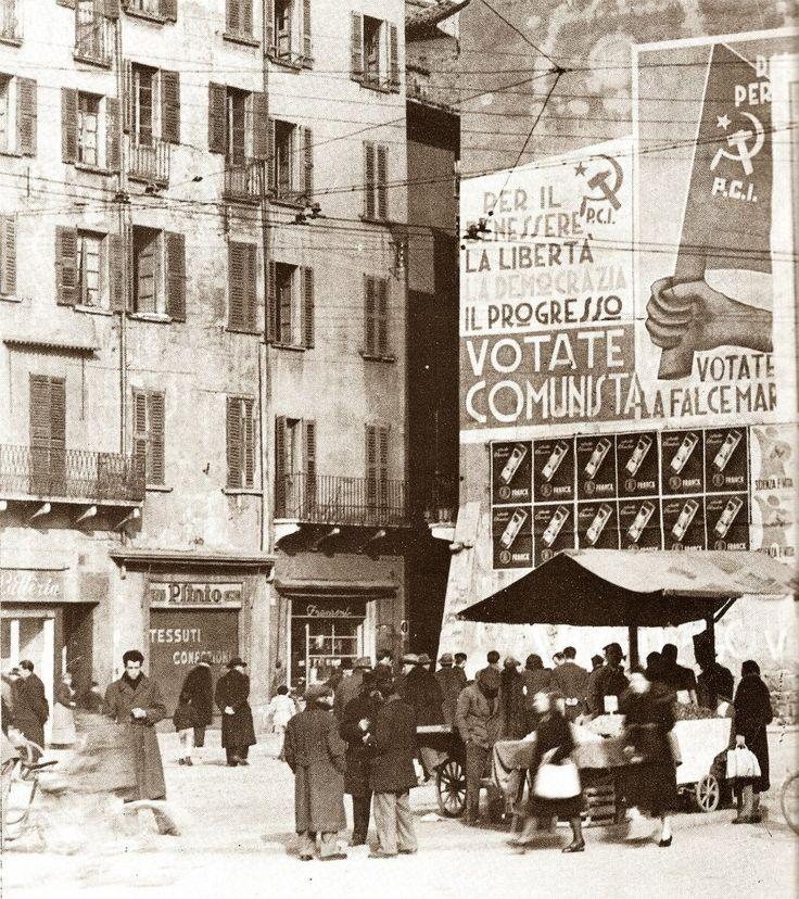 """""""Manifesti politici di fine anni '40"""" - Piazza Rovetta http://www.bresciavintage.it/brescia-antica/documenti-storici/manifesti-politici-di-fine-anni-40-piazza-rovetta/"""