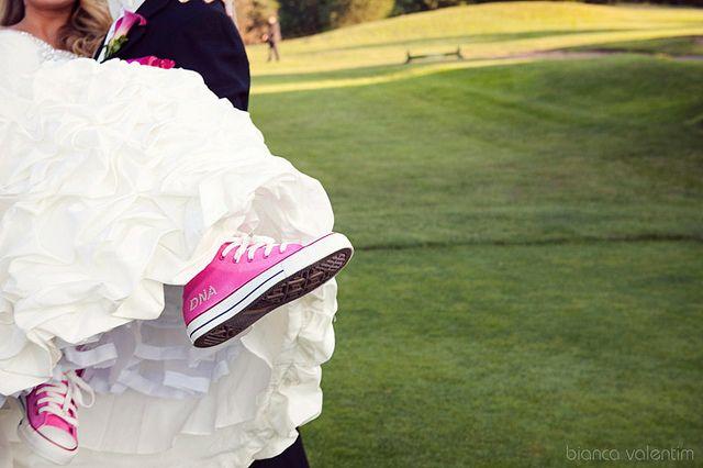 Los tenis o zapatillas para novias son una moda que toma fuerza en todo el mundo, y al parecer las mujeres están optando cada vez más por la comodidad de lucir zapatos para deporte en su boda.