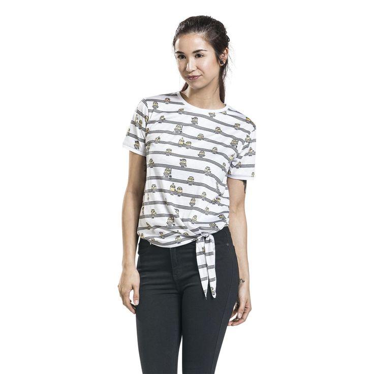 """Minions in het zwart en wit, lijkt dat je iets? Het witte girls shirt """"Stripes"""" van de Minions is exclusief verkrijgbaar bij Large en heeft een all-over print van zwarte strepen en talloze Minions in gevangenispakken. Zelfs als gevangenen zien de Minions er nog altijd aandoenlijk uit. Het kledingstuk is verkrijgbaar tot maat 3XL."""