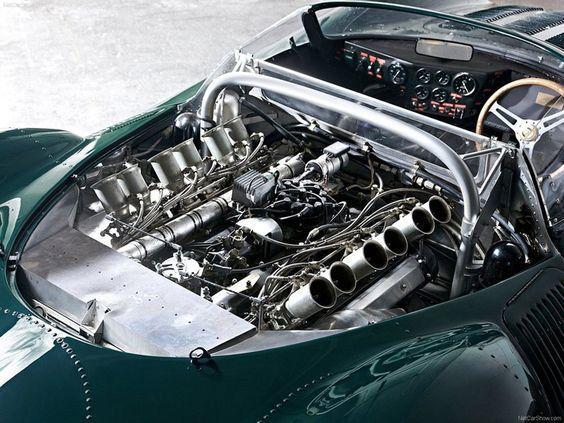 JAGUAR XJ 13 Le moteur LLa XJ13 recevait un moteur V12 central de 5.0 litres avec un couple maximal de 522 Nm monté derrière le conducteur et utilisé comme élément porteur du châssis tout comme la boite manuelle à cinq vitesses ZF qui entraînait les roues arrière. #jaguarvintagecars