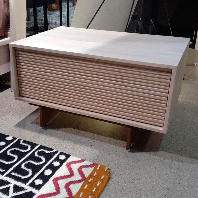 Mesita de noche en madera maciza de roble. Comprar online en @Ismoble de #Granollers.