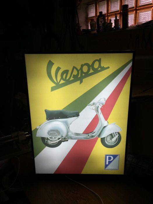 Grote Piaggio Vespa model GS 160 Scooter lightbox 68 x 50 cm x 10 cm verlichte reclame sign - xxl dealer ondertekenen jaren 90  Zeer mooie Vespa lightbox / dealer ondertekenen met de oryginal Piaggio Vespa logo met oude scooterLightbox komt Italië Vespa Servizio SedanEen zeldzame lightbox model geproduceerd met een beperkte hoeveelheid voor reclamedoeleindenHoge kwaliteit aluminium frame.Transparante beschermende plaat (plexiglas) bescherming van de plaat met de Piaggio Vespa logo.Op de…