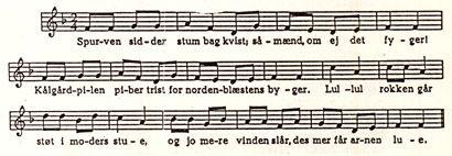 """""""Spurven sidder stum bag kvist""""  af Jeppe Åkjær   Spurven sidder stum bag Kvist; såmænd, om ej det fyger! Kålgårdpilen piber trist for Nordenblæstens Byger. Lul, — lul! Rokken går støt i Moders Stue, og jo mere Vinden slår, desmer får Arnen Lue.  Skarpe Smæld af branket Malt, og Karters kåde Skratten, fjerne Grynt af Husets Galt og Barneleg med Katten — Lul, — lul! Rokken går, flittig Foden træder, kun sålænge Hjulet står, som lille Søster græder.  Far har røgtet Kvæget ind, med Halmen…"""
