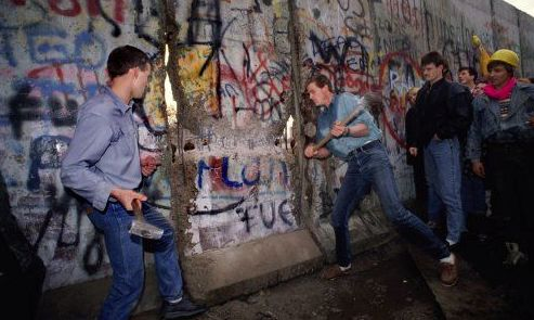 an analysis of berlin wall collapsing down in 1989 What year did the berlin wall collapse 1989 it didn't collapse, it was pulled down the berlin wall is the middle of berlin as divider.