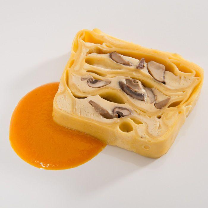 Lecker und einfach: die Champignon Nudel-Terrine mit Kürbissoße. Der Hokkaido-Kürbis hat nur 6 Monate Saison. Wenn Du außerhalb dieser Zeit dieses Gericht zubereiten möchtest, ersetze die Menge an Kürbis ganz einfach durch rote Paprika. Ein Dampfgericht für alle Jahreszeiten.