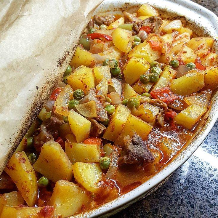 Buda yemegimizin pismis hali ... Firinda sebzeli yemek ... 5-6 tane orta boy kup dogranmis patates ,250 gr kusbasi et ,2 tane kup dogranmis kirmizi biber ,2 tane kup dogranmis  yesil biber ,1 su bardagi haslanmis bezelye ,2 tane biraz irice dogranmis sogan ,2 dis sarimsak ,tuz , siviyag ,karabiber ,pulbiber 1 yemek kasigi biber salcasi ... butun malzemeleri cigden karistirin firin tepsinize dokun ..en uzerinede ben yazin yaptigim domates sosundan gezdirdim . siz soyulmus ve kup dogranmis…