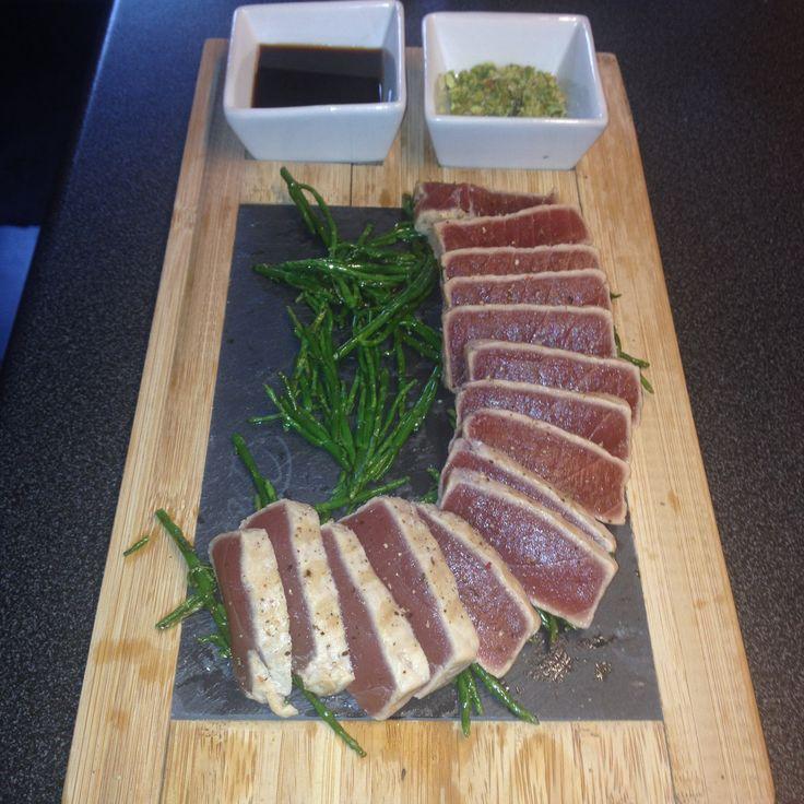 Aangefruite rauwe tonijn met mosterd zaadjes , zeekraal, soja en wasabi