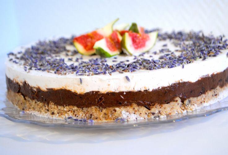 Raw Čokoládovo levanduľová torta s kokosovou šlahačkou