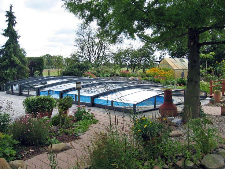 Nízká výška zastřešení bazénu VIVA nanaruší celkový dojem z vaší zahrady.