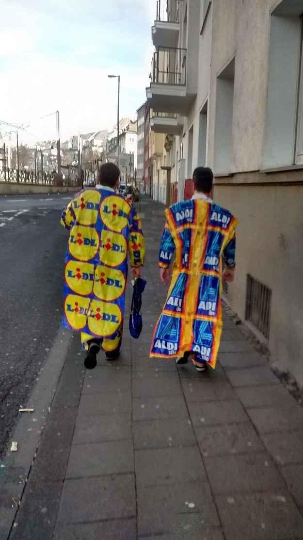 Als die zwei besonders preiswerte Karnevals-Kostüme brauchten: