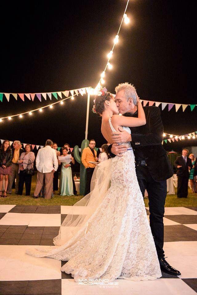 Vals !!! Vivan los novios !  Beso vestido de novia Marisa Campanella  Vals al aire libre banderines y luces por doquier