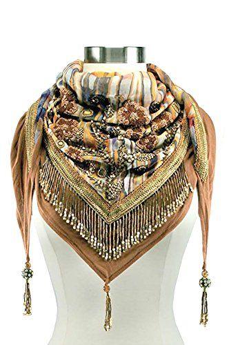 Het is een sjaal, maar met zoveel kralen bezet dat het bijna een ketting is. De Desert Sunrise Lotus Scarf van Mary Frances http://www.amazon.com/dp/B017XZYRG2/ref=cm_sw_r_pi_dp_87JMwb1A13F5M