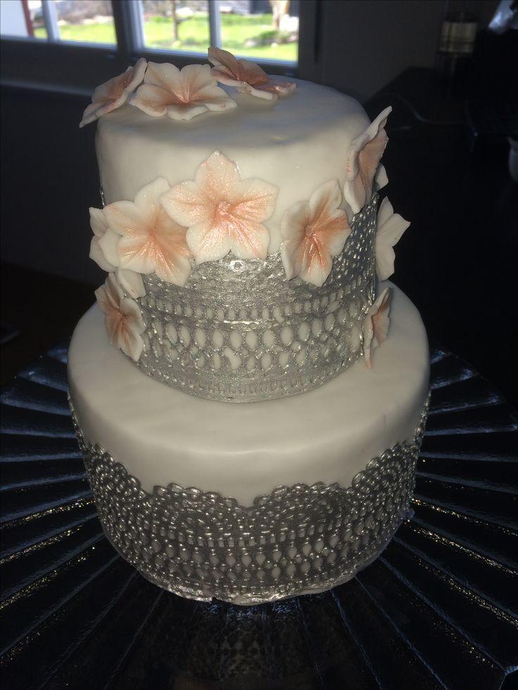 Zweistöckige Geburtstagstorte aus Schoko-Mokka Kuchen und Bisquit mit Vanillefüllung