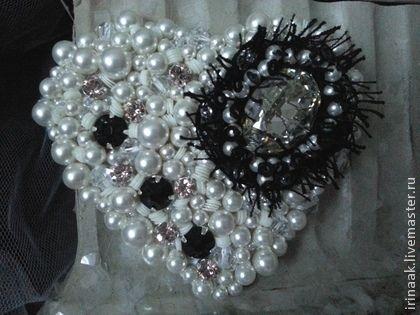 Сердечко `Пьеро`. Брошь-сердечко)Пьеро,нежная,трогательная)Выполнена из жемчуга сваровски ,белоснежное,кристалл сваровски Мун лайт,с лёгким налётом винтажности,как старые зеркала, несколько кристаллов розового винтажного  цвета.