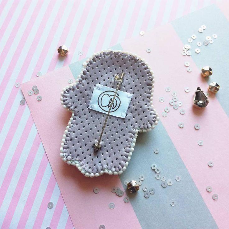 Немного новшеств: изнанка хамсы из эко кожи с перфорацией✨ ___________________________________ #chi_fshn #omsk #israel #omskfashion #accessory #accessories #brooches #brooch #hamsa #embroidery #handmade #омск #аксессуары #брошь #брошьназаказ #брошьизбисера #ручнаяработа #вышитаяброшь #хамса #ладонь