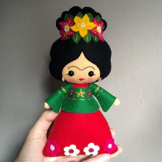 Frida Kahlo muñeco de fieltro 100% lana por UnBonDiaHandmade Frida Kahlo felt doll Pattern from noialand                                                                                                                                                      Más