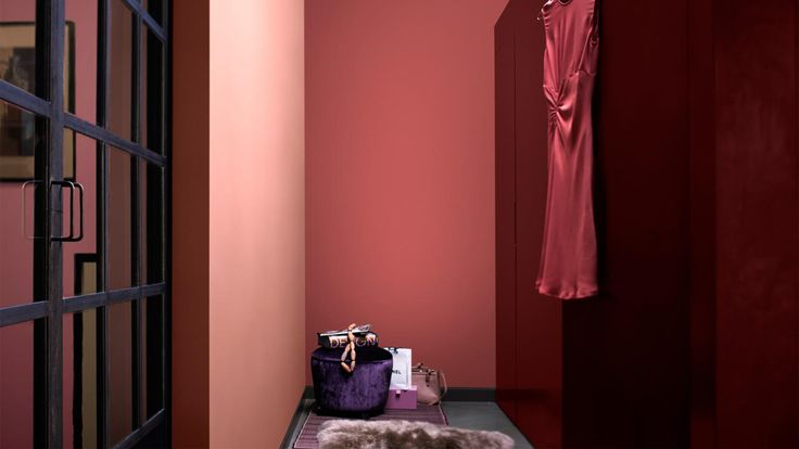 Créez une impression de luxe dans votre dressing grâce à une palette glamour de riches nuances de rose.