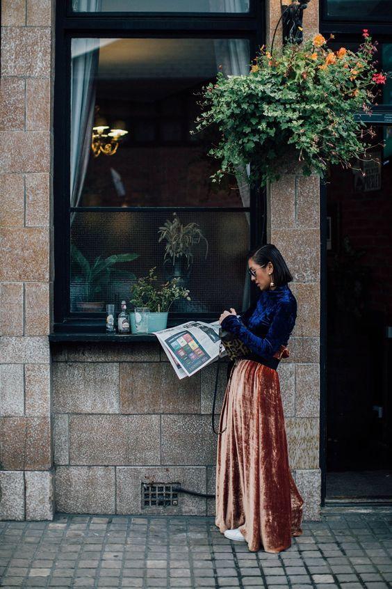 street style, cabelo chanel, jornal, blusa de veludo com manga longa azul marinho, saia longa de veludo marrom, tênis branco