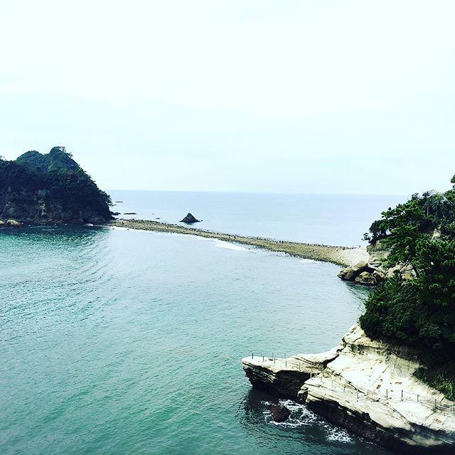 【hitsujigumo37】さんのInstagramをピンしています。 《#伊豆 #西伊豆 #堂ヶ島 #三四郎島 #瀬浜海岸 #トンボロ現象 #海 #島 潮の干潮によって海が割れる トンボロ現象によって 海に出来た道を 三四郎島まで歩いてきました 石がゴツゴツして歩きにくい 潮溜まりにはヤドカリや小さな魚 カニや貝もいて しばらく観察してきました》
