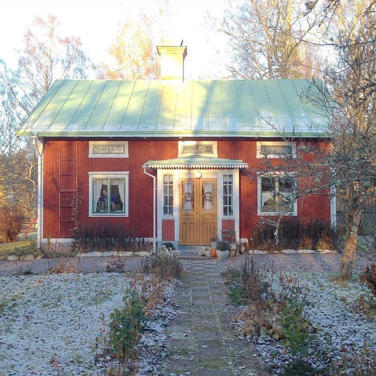 Huset i sol och frost. Foto: Erika Åberg. Instagram: erikashus #gamla #hus #trädgårdar #rödfärg #plåttak #byggnadsvård #veranda #fönster #pardörrar #linoljefärg