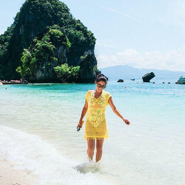 Domingo preguiçoso por aqui e cumé que nóis queria tá? Siiim, tranquila e plena nas praias da Tailândia! Hahaha . Na verdade, esse pontinho amarelo passeando por Hong Beach só queria dizer que tem post novo vindo por aí! Fizemos um resuminho com as praias que consideramos serem imperdíveis e que devem fazer parte dos seus planos ao visitar o país. . Fique de olho pois publicaremos ainda hoje, hein?😉 . . Siga também: ✔️@blogfuiali ✔️@levesemdestino . . ▪️www.viajandonajanela.com▪️…
