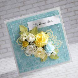 Wyjątkowy i oryginalny komplet z okazji rocznicy ślubu wykonany metodą scrapbookingu. Ozdobiony materiałami najwyższej jakości papierami, wycinankami, kwiatami, napisem oraz przeszyciami.  Komplet zawiera kartkę oraz pudełeczko. Wymiary kartki ok.14x14cm. Wymiary pudełeczka ok. 15x15cm.  Polecam!