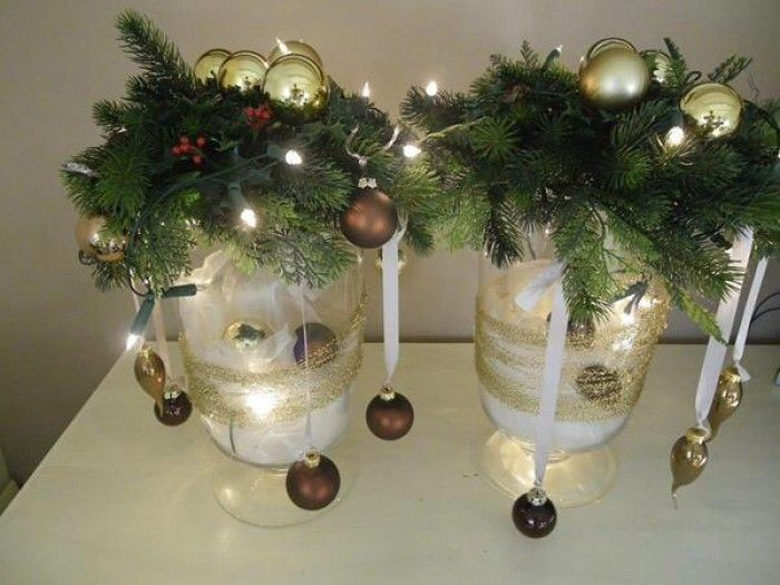 Kerst - 2 grote windlichten gevuld met voile en kerstballen en bovenop een krans met wat ballen en lichtjes. Wat gouddraad om het windlicht...  Mooie sfeer in een handomdraai!