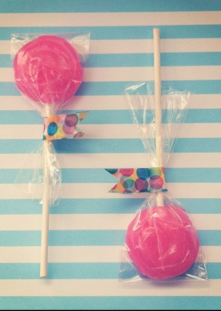How to Make Swirly Candy Lollipops · Edible Crafts | CraftGossip.com