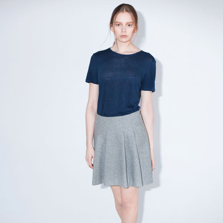 The Fall is a short-sleeved t-shirt in washed summer linen. Round neck finished with binding.
