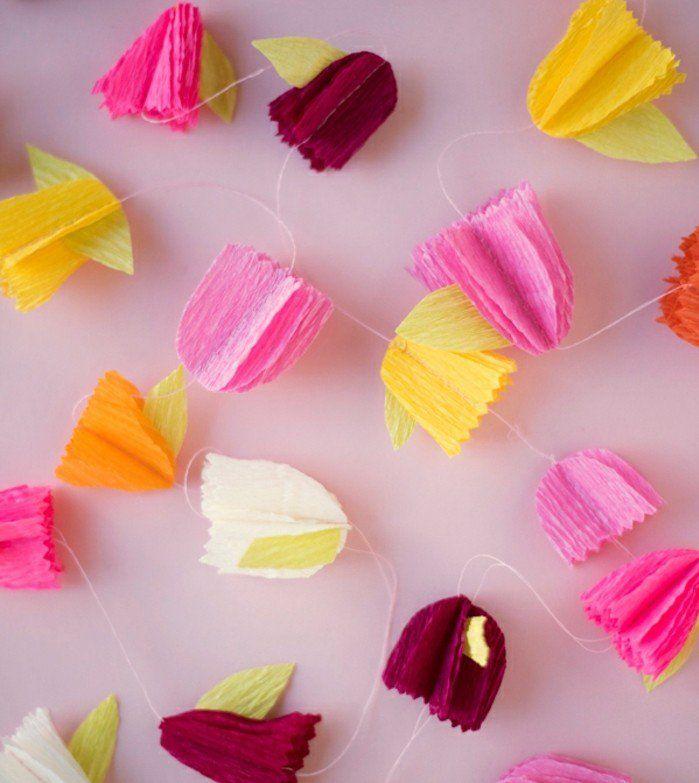 exemple de guirlande en papier crépon, tulipes en papier multicolore, décoration printanière