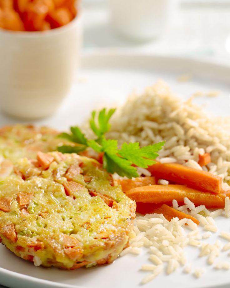 Veel gezondere burgers dan deze bestaan er niet: veggieburger van wortel en noten met rijst en heerlijke pompoenfrietjes. Gezond genieten!
