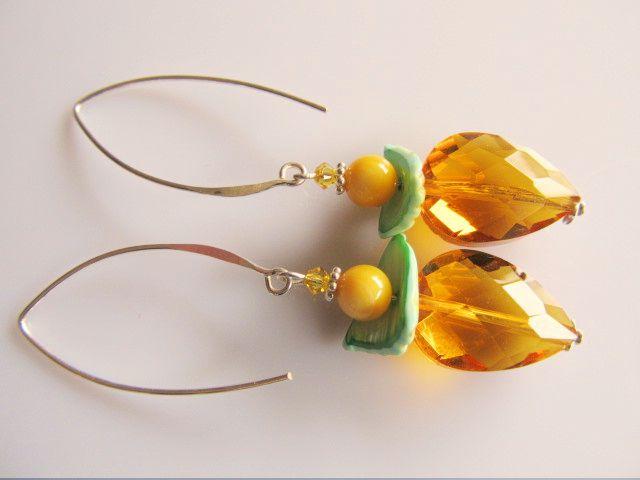 Oorbellen Oker Parelmoer mooie druppel kristalglas in okergeel met parelmoer in groen en geel en lange oorhaak. geheel zilver.