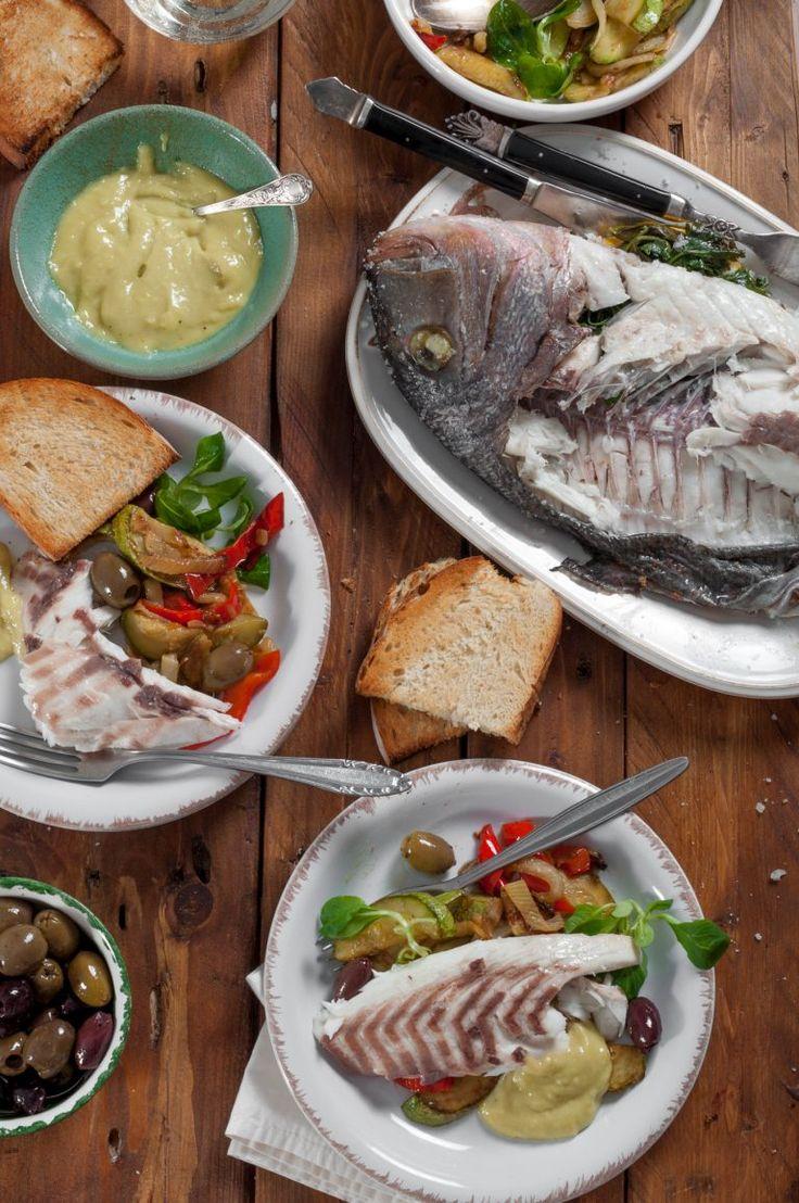 Печена риба в солена кора, сотирани зеленчуци и сос айоли
