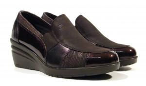 Zapatos de cuña 24 horas  Zapatos confort de cuña para mujer de la marca española 24 Horas modelo 23067. Zapatos de piel en combinado de nobuck piel metalizada print serpiente y charol en color negro o marrón con elásticos laterales para mejor calce y sujección. Cuña muy ligera de goma de una altura aproximada de 55 cms. Interiores en combinado de piel y tejido. Plantillas de piel. 24 Horas confort Made in Spain. http://ift.tt/2egkLqy