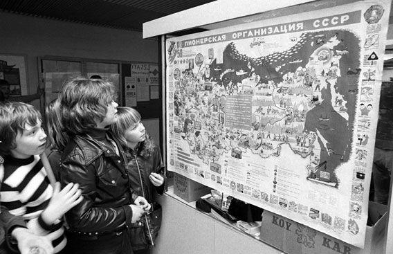 """Muistatko? Näin kouluissa juhlittiin YYA-sopimusta vuonna 1973 - """"ystävyyden asialla"""" - Suomenkuvalehti.fi"""