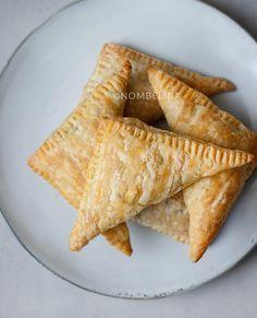 Indische bladerdeeghapjes met gehaktvulling. Door het bladerdeeg makkelijk en snel om te maken en niet te vergeten ontzettend lekker!