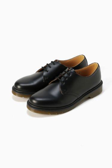 Dr.Martens3 eye shoes  Dr.Martens3 eye shoes 22680 ドクターマーチンのセカンドモデルである3ホールは8ホールブーツに次ぐ人気モデルで クセのないシンプルなデザインとその機能性が今も変わらず世界中で評価されている一足です どんなスタイルにも合わせられる普遍的なデザインとブランドの一番の売りである耐久性や機能面に優れた実用的なソール 履き込むほどに足に馴染んで行きその変化を楽しめるスムースレザーなどマーチンらしい特徴がつまったシューズです Dr.Martens / ドクターマーチン クラウスマーチンズ博士によって開発されたラバーソールの靴から始まったブランド 独自のソールによる機能性とあらゆるファッションに合うコーディネイトできるデザイン性のフットウエアでカルチャーとファッションをリードし続けています