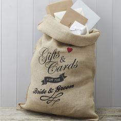 Το vintage αυτό σακί απο λινάτσα είναι τέλειο για να αποθηκευσετε τις ευχετήριες κάρτες των καλεσμένων του γάμου σας και θα αποτελέσει μια υπέροχη διακοσμητική πινελιά στο τραπέζι των ευχών σας. Στην συσκευασία θα λάβετε και το αντίστοιχο κορδόνι για να μπορέσετε να το δέσετε στο τέλος του event και