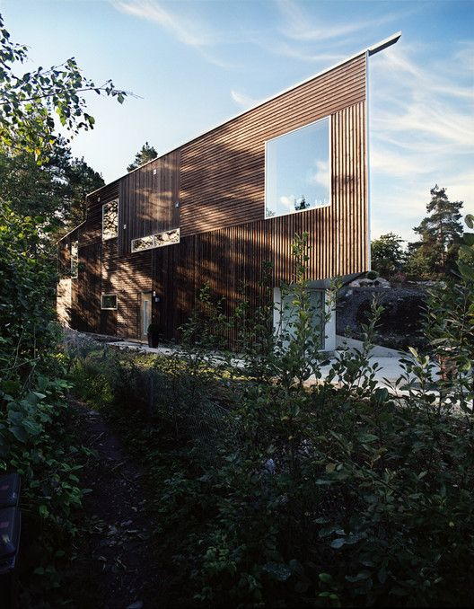 Completed in 2006 in Nesodden, Norway. Images by Ivan Brodey. This house is situated with views towards the sea between the branches of the surrounding pine-forest. The permitted aerial building lines define the...
