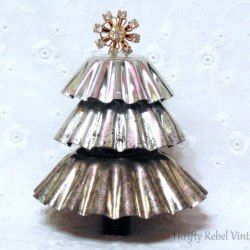 http://thriftyrebelvintage.com/2016/12/repurposed-christmas-tart-tin-tree.html/