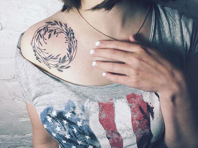 Вот это я понимаю день. Села за кушетку в 12 дня и только встала. Люблю своих клиентов Одна из сегодняшних работ Делали одинаковые веночки для двух сестер☺️ #colortattoo #tattooed #tattoo #tattooart #tattooedgirls #tattooed #nature #delicate #simple #love #flowerstattoo #tattoorussia #tattooartist #sashatattooingstudio #artist #tattooshop