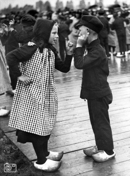 1931 Jongen en meisje doen boerendans in klederdracht op een feest in Nijbroek (Gelderland)  nuentoen.nl