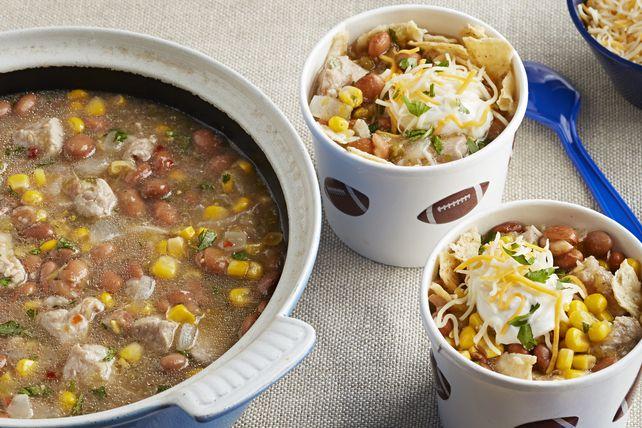 Des haricots pintos, de la salsa verte et des bouchées de filet de porc sont au cœur de cette recette facile à réaliser qui plaira à toute la famille.