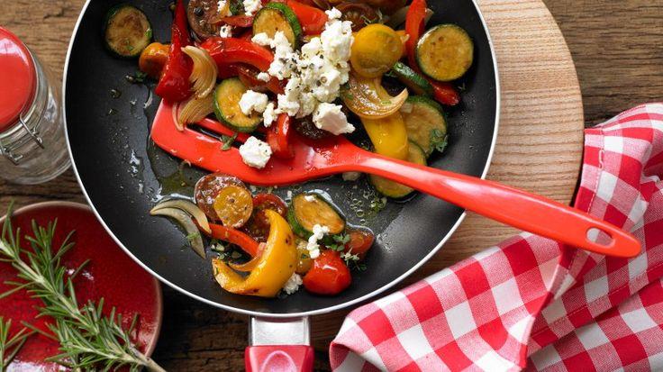 Mediterrane Mischung, die Lust auf Sommer und Urlaub macht. : Bunte Gemüsepfanne mit Schafskäse   http://eatsmarter.de/rezepte/bunte-gemuesepfanne