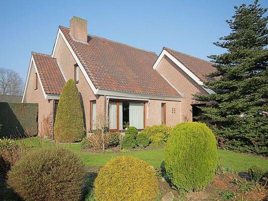 Toendrastraat 11, vraagprijs: € 300.000,- k.k.   Riante vrijstaande villa met dubbele inpandige garage, gelegen aan een rustige straat in de dorpskern van Nederweert-Eind. Zie link voor brochure.