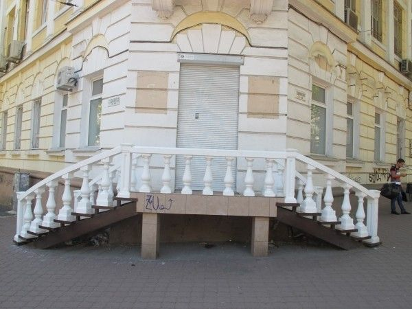 Нежилое помещение угловое Общая 64 кв.м. Евро ремонт Красивый фасад 6 окон место для вывески. Два зала по 25 кв.м. + кабинет 8 кв. и подсобка