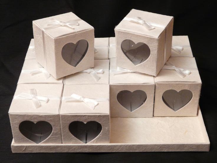 Set 12 cadeau doosjes open hart.  Ze zijn van hadgeschepte papier gemaakt met een lint omheen en open hart gatje. Van binnenkant is een doorzichtige plastik tegen open hart. Deze doosjes kunnen gebruikt worden als huwelijkbedankjes en als geboortebedankjes. U kunt aanpasende kleur kiezen.    6.5 x 6.5 x 6.5