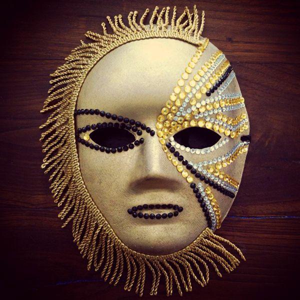 Il bello del Carnevale di Venezia? Ciascuno può celare il suo volto dietro ad una maschera, usando tessuti preziosi, colori brillanti e ricercati ornamenti. E farlo è facilissimo, come vi mostra il nostro tutorial! Buon #carnevalebello!